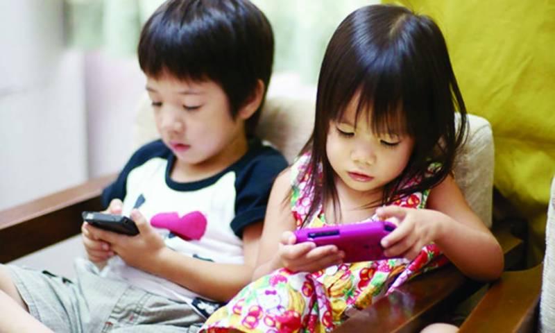 اسمارٹ فون بچوں کو ''نشے'' کا عادی بنانے کا سبب قرار