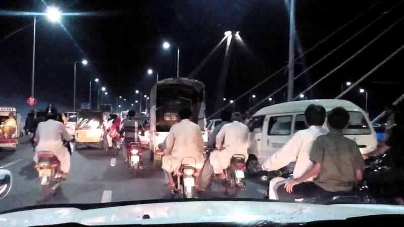 لاہور: آزادی چوک مینار پاکستان فلائی اوور سے 2 موٹر سائیکل سوار گرگئے،1جاں بحق