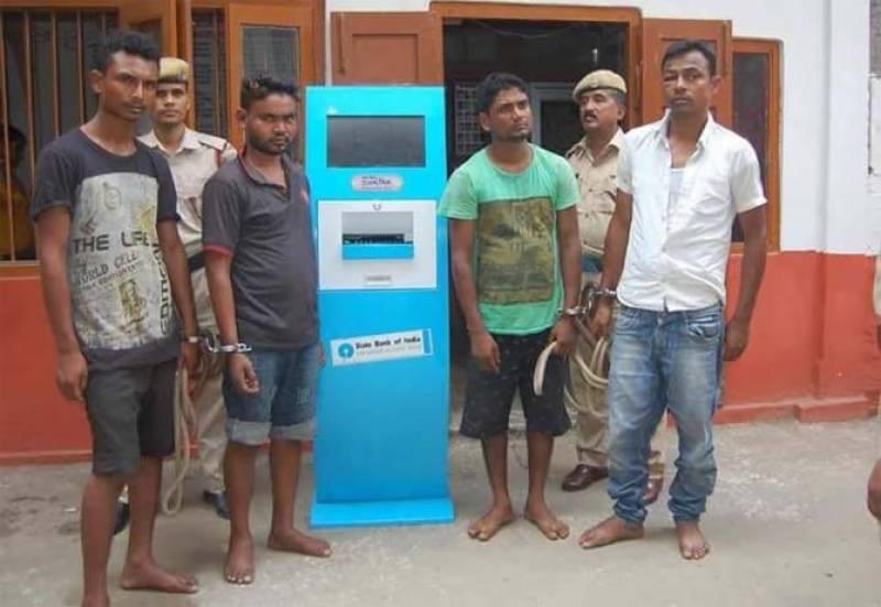 آسام : بھارتی ان پڑھ چور اے ٹی ایم مشین چوری کرنے گئے مگر ۔۔۔۔