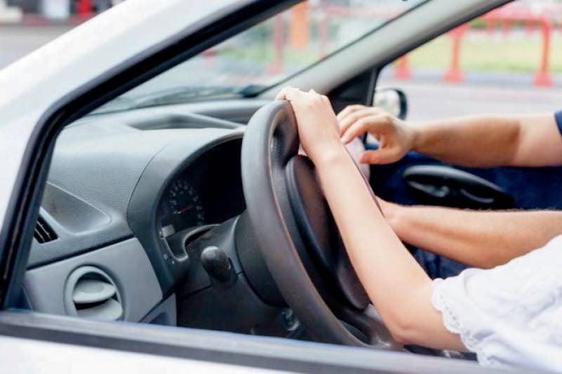ہالینڈ میں متنازعہ قانون منظور ،ٹریفک پولیس اہلکارکو ڈرائیونگ سکھانے کے بدلے فحش کام کرنے کی اجازت