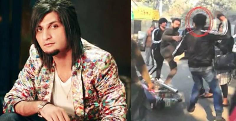 معروف گلوکار بلال سعید کی عدالت کے باہر نامعلوم افراد کے ہاتھوں دھلائی