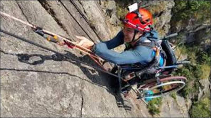 وہیل چیئر پر بیٹھ کر 500میٹر اونچی چٹان پر چڑھنے کا مظاہرہ