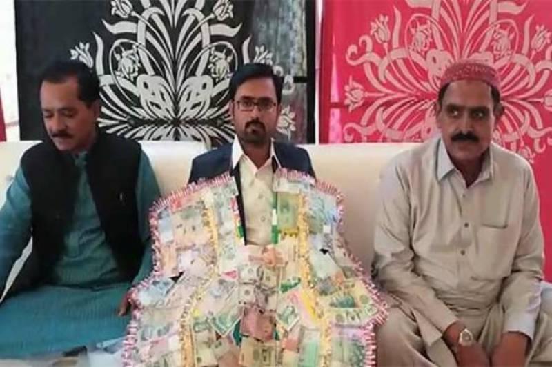 بھائی سےپیار کاانوکھا اظہار' شادی پر 80 ممالک کے نوٹوں کا ہار پہنایا