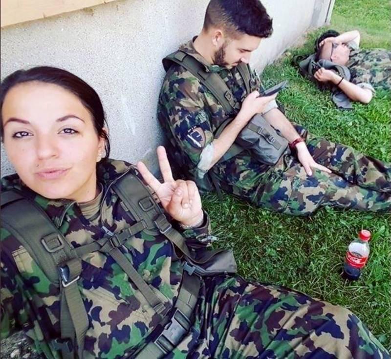 سوئس فوج کی دل کش خواتین کی متنازعہ سیلفی