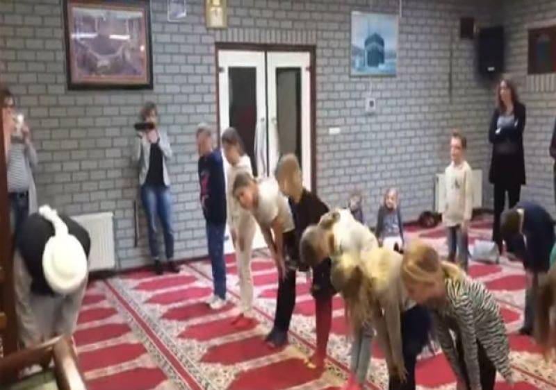 ہالینڈ کی مسجد میں مسلمان بچوں کو ایسا کام سکھانے کی ویڈ یو منظر عام پر آگئی کہ ملک میں ہنگامہ برپا ہو گیا