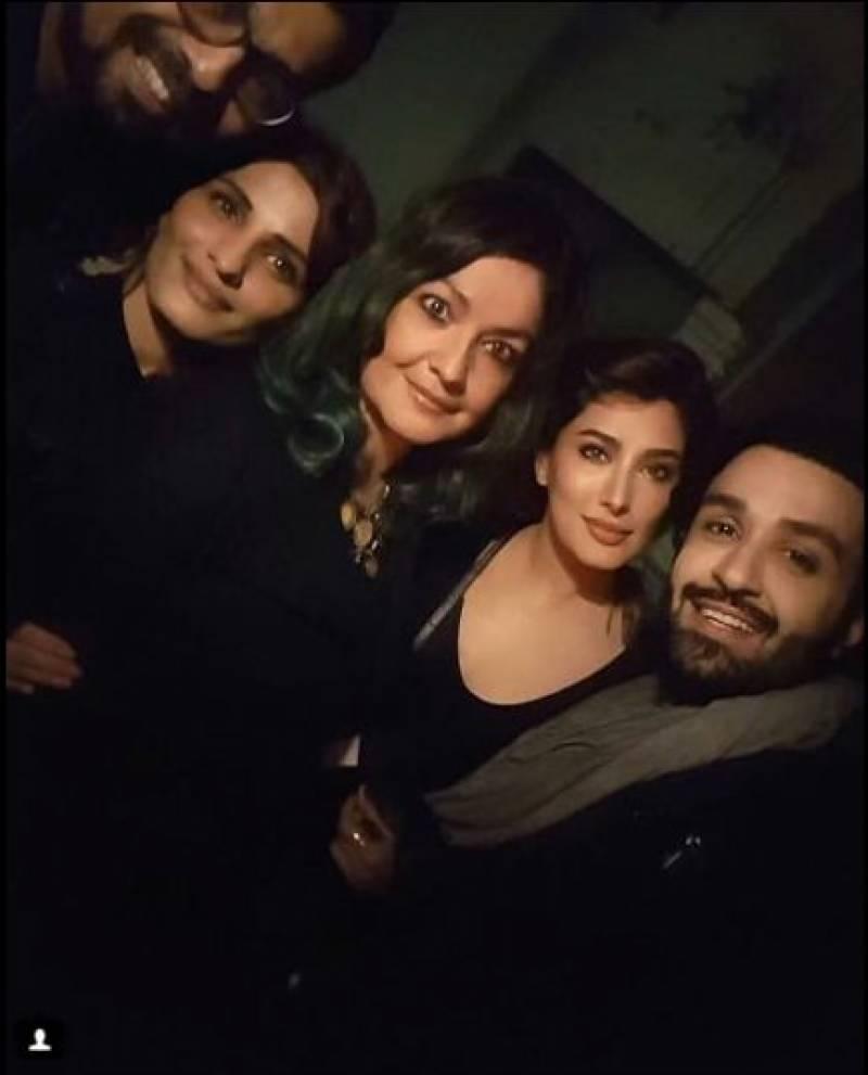 بالی ووڈ کی مشہور اداکارہ کی پاکستانی اداکاروں کیساتھ لیٹ نائٹ پارٹی کی تصاویر