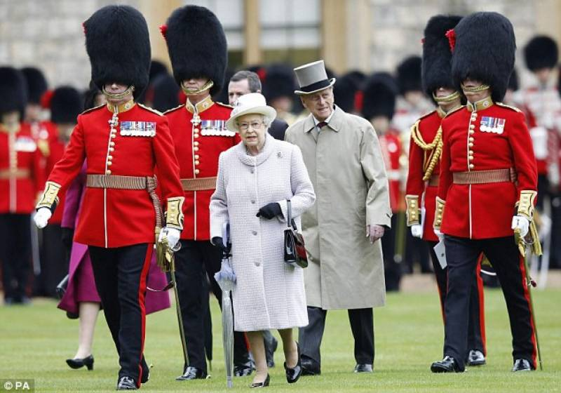 ملکہ برطانیہ اپنے ہی محافظ کی گولی سے بال بال بچ گئیں