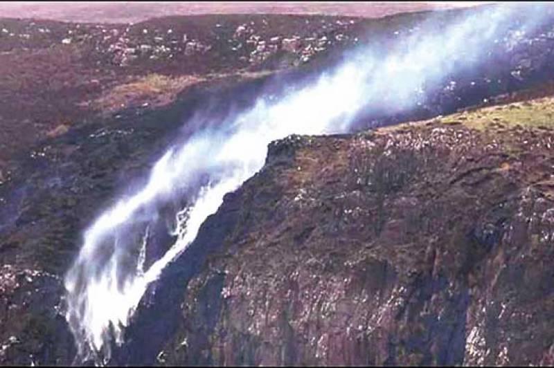 سکاٹ لینڈ میں آبشار الٹی بہنے لگی