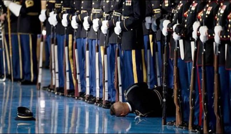 اوباما سے ملاقات، ایک فوجی اہلکار گرکر بے ہوش