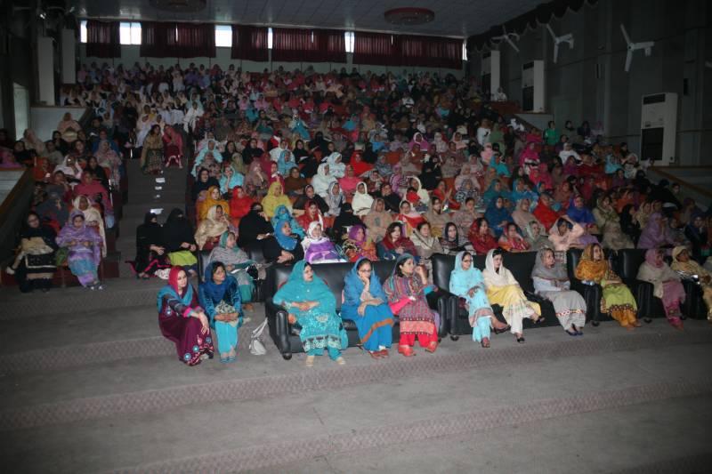گوجرانوالہ میں کالج تقریب میں خاتون پروفیسر کی ہنگامہ آرائی