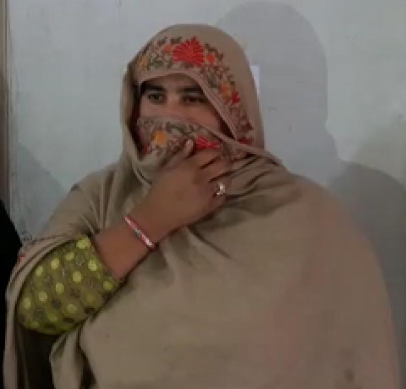 جلال پور بھٹیاں میں خاتون منشیات سمگلر سے ایک کلوگرام سے زائد چرس برآمد ،ملزمہ گرفتار
