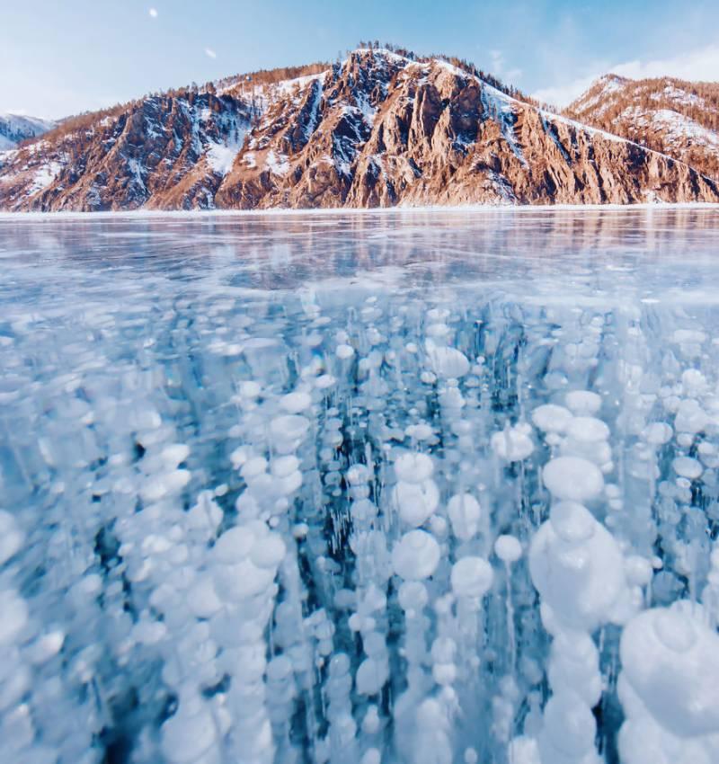 دنیا کی گہری ترین جھیل پر جمی شفاف برف کی تصاویر منظر عام پر آ گئیں۔۔!!
