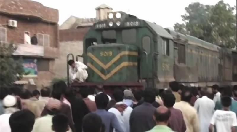 گوجرانوالہ میں لڑکا اور لڑکی نے چلتی ٹرین کے آگے چھلانگ لگا کر خودکشی کر لی
