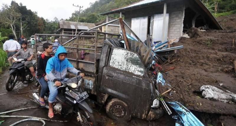 انڈونیشیا: لینڈ سلائیڈنگ میں 12 افراد ہلاک