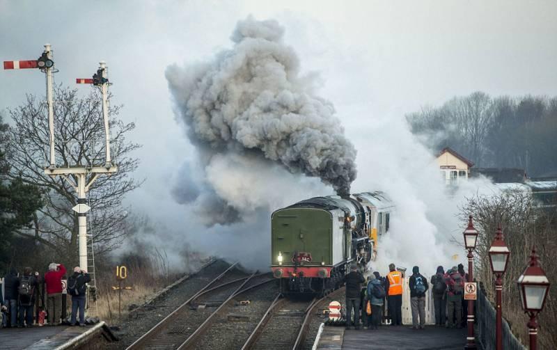 برطانیہ: 50 سال بعد بھاپ سے چلنے والی ریل گاڑی پھر چل پڑی