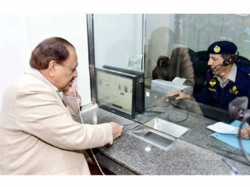 صدر ممنون حسین نے نیا ڈرائیونگ لائسنس حاصل کر لیا