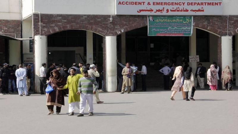 لاہور: سروسز اسپتال میں ینگ ڈاکٹروں کی ہڑتال تیسرے روز بھی جاری