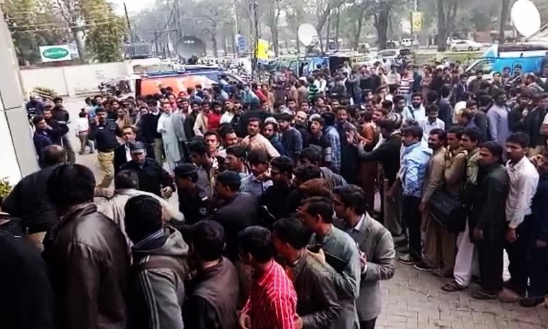 لاہور پنجاب بینک کے باہر بلیک میں ٹکٹیں بیچنے والا پکڑا گیا