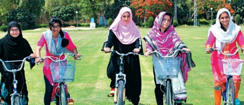 فیصل آباد کی کُڑیوں نے فائنل دیکھنے کی ٹھان لی