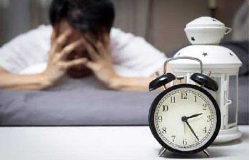 لیٹتے ہوئے موبائل یا کسی الیکٹرانگ گیجٹ کا استعمال آپکی نیند میں رکاوٹ کا باعث بنتا ہے