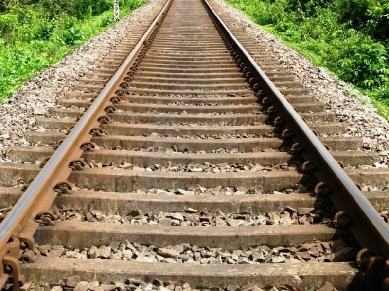 پنو ں عاقل ریلوے ڈاﺅن ٹریک ٹوٹ گیا، خیبر میل معجزانہ طور حادثہ سے محفوظ