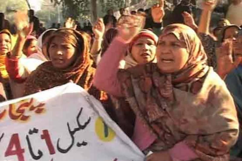 ملتان : ڈینٹل اسپتال کے پیرامیڈیکل اسٹاف کا ایم ایس کے رویے کیخلاف احتجاج