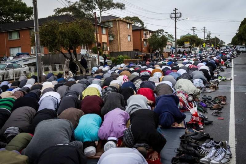 پیرس میں مسلمانوں کی سڑک پر نماز ادا کرنا شروع کر دی