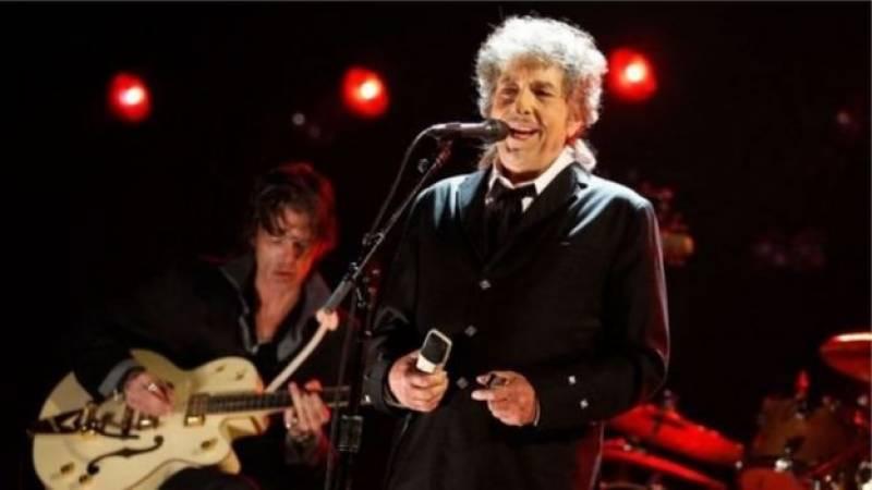 امریکی گلوکار اور نغمہ نگار باب ڈِلن نے نوبل انعام اپنے نام کر لیا