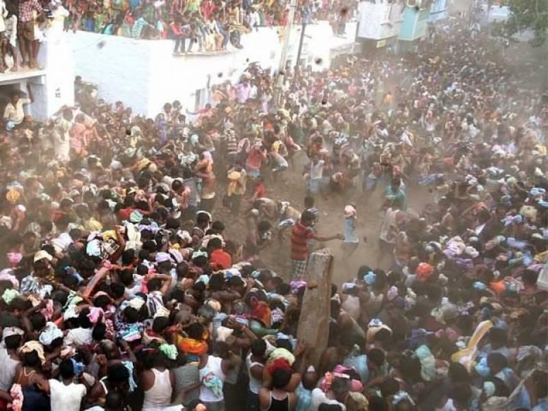 بھارت میں لوگوں کے درمیان گوبر سے جنگ لڑنے کا مظاہرہ