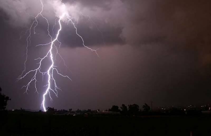 آسمانی بجلی گرنے کی وجہ سے 5 افراد جاں بحق