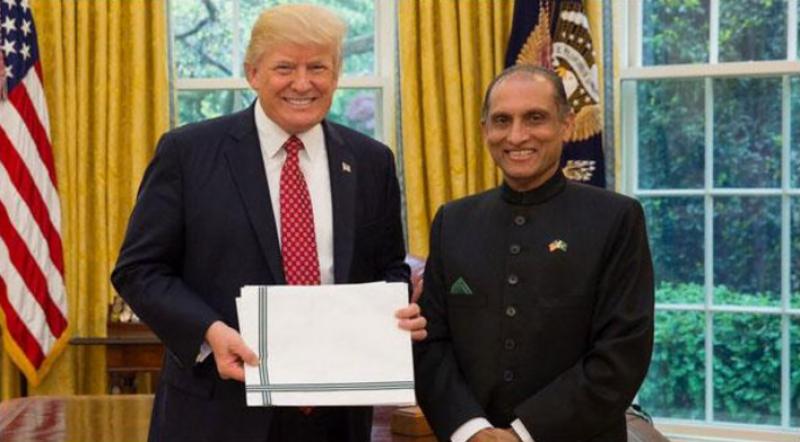 پاکستانی سفیر اعزاز چودھری کی ٹرمپ سے ملاقات، سفارتی اسناد پیش