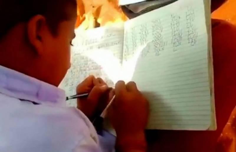 دونوں ہاتھوں سے بیک وقت ایک جیسی مہارت سے لکھنے والے ننھے طالبعلم