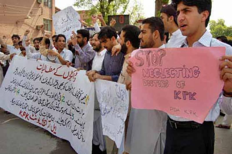 پشاور: ینگ ڈاکٹرز نے ہڑتال کر دی، اسپتالوں میں او پی ڈی سروس معطل