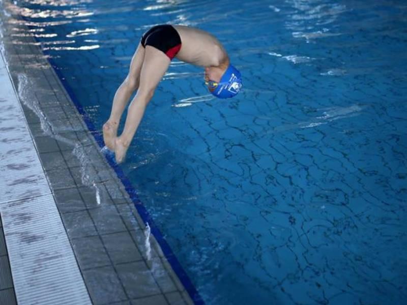 ہاتھوں سے محروم ننھے تیراک نے سوئمنگ مقابلے میں گولڈ میڈل جیت لیا