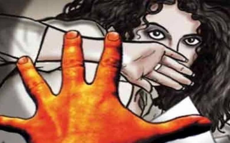 بھارتی خاتون کے ساتھ اجتماعی زیادتی، 9 ماہ کی بچی کو چلتے رکشے سے پھینک کر مار دیا