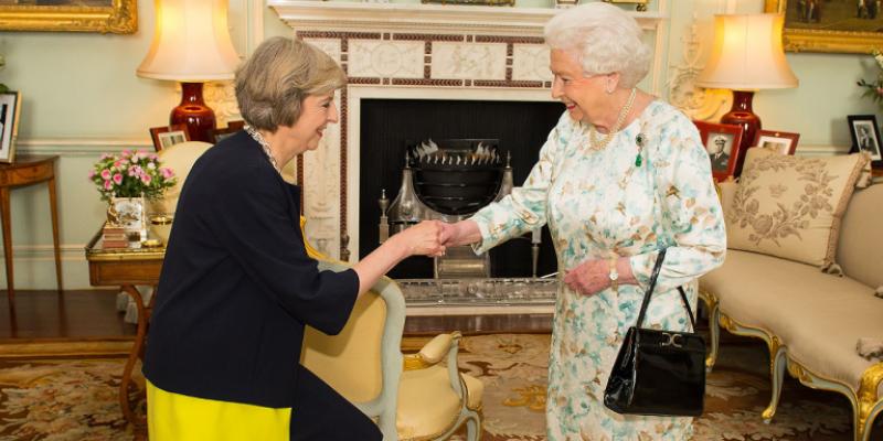 انتخابات کے بعد برطانوی وزیر اعظم تھریسامے کی ملکہ برطانیہ سے ملاقات