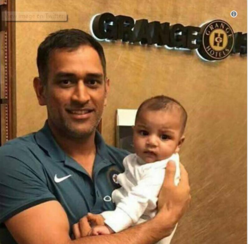 سرفراز احمد کے بیٹے کی دھونی کے ساتھ تصویر وائرل ہوگئی