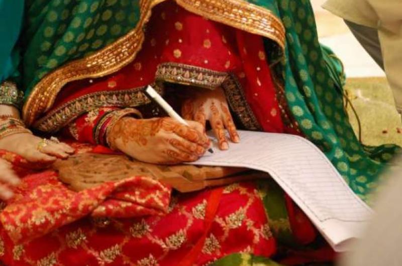 نکاح خواں اپنی بیٹی کی رسم نکاح کے دوران کلمہء شہادت پڑھتے ہوئے اللہ تعالی کو پیارا ہو گیا