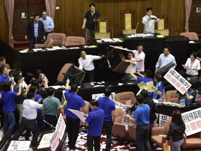 تائیوان کی پارلیمنٹ میں شدید لڑائی،ارکان آپس میں گتھم گتھا