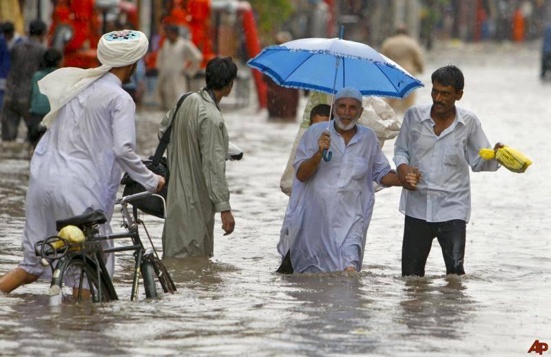 ملک میں مون سون کا نیا سسٹم داخل، کراچی میں رات گئے بارش سے پانی جمع ہو گیا