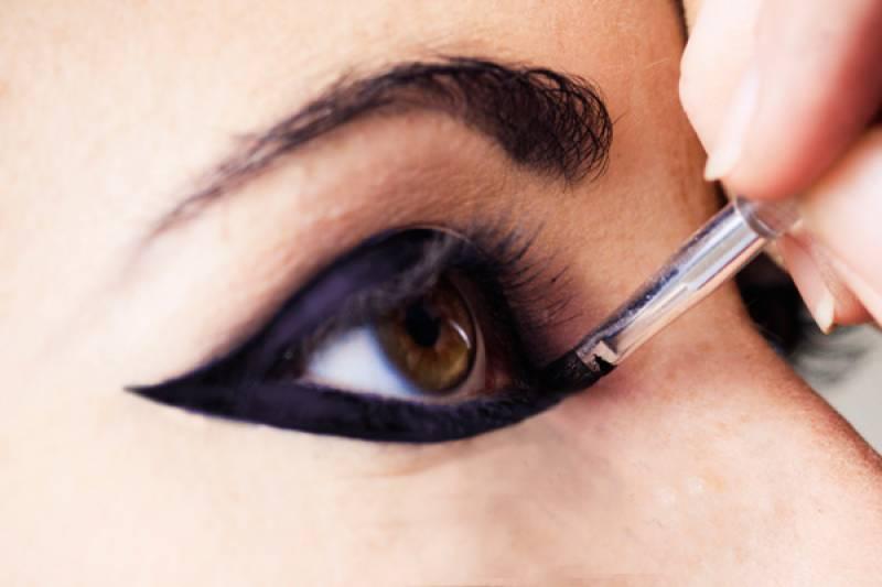 کاجل اور آئی لائنر لگانے والی خواتین آنکھوں کے خطرناک مرض کا شکار ہوسکتی ہیں،ماہرین