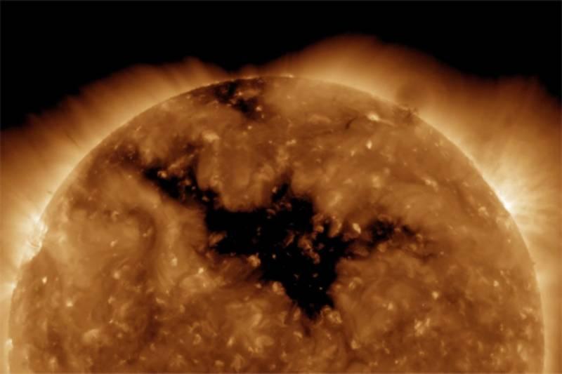 سورج میں طویل و عریض سوراخ