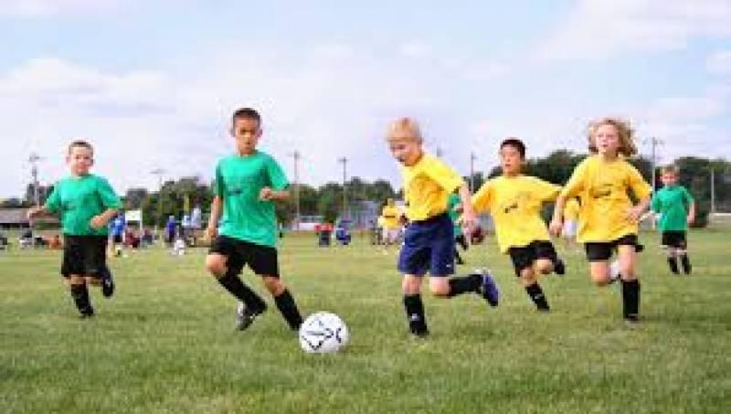 فٹ بال کھیلنے سے بچوں کی ہڈیاں مضبوط و توانارہتی ہیں
