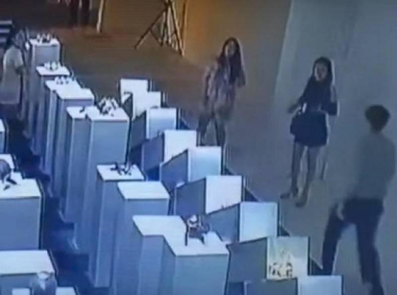 خاتون نے سیلفی لیتے ہوئےدو لاکھ ڈالر کا نقصان کر ڈالا