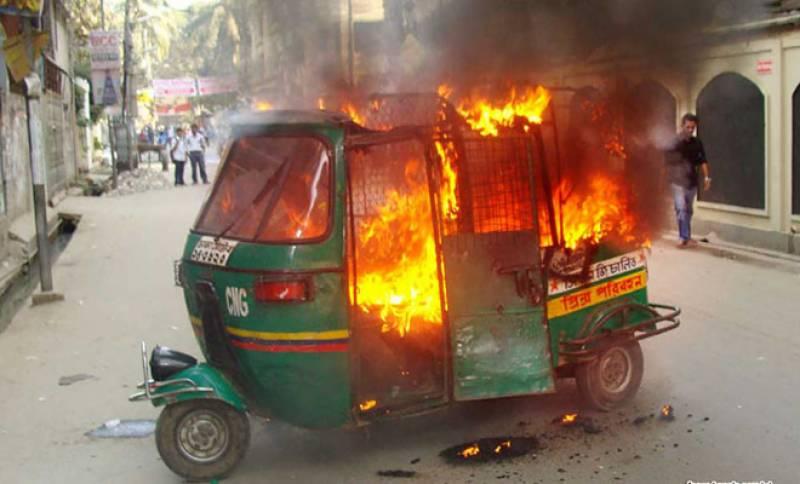 چالان پر رکشہ ڈرائیور نے احتجاجاً رکشہ ہی جلا دیا
