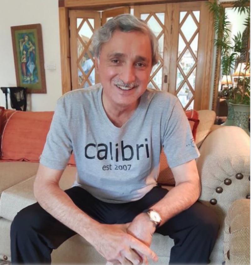 جہانگیر ترین نے مسکراتے ہوئے کیلبری فونٹ والی شرٹ پہن لی