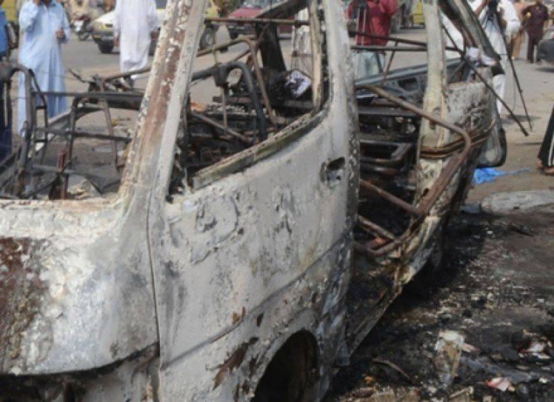 کراچی، وین میں گیس سلنڈر دھماکے سے پھٹ گیا، ایک ہی خاندان کے 6 افراد جاں بحق،4 زخمی