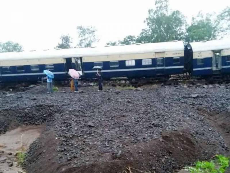 بھارتی ریاست مہاراشٹر میں مسافر ٹرین کی 5 بوگیاں پٹڑی سے اتر گئیں