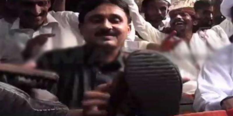 رکن قومی اسمبلی جمشید دستی نے جوتے پالش کر ڈالے کارکن کو عیدی دے دی