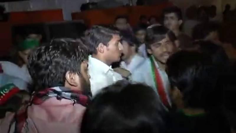پی ٹی آئی کا لاہور میں جلسہ : کارکن آپس میں لڑ پڑے